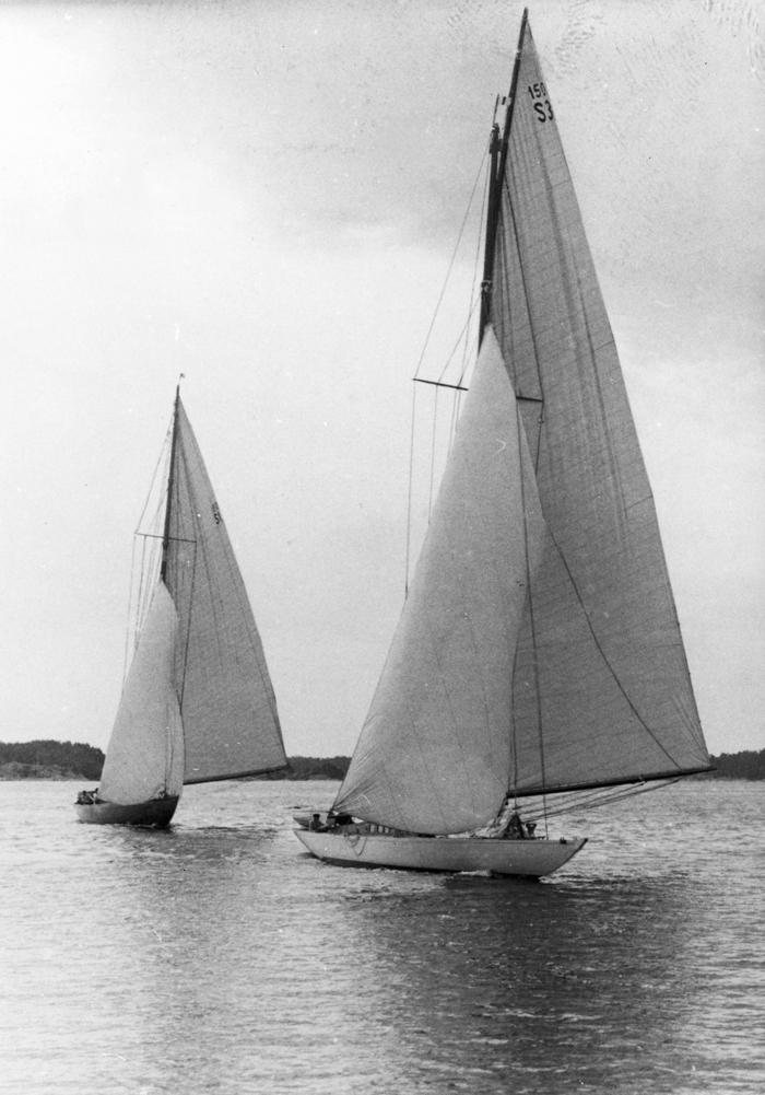 ....150 m2 class skerrycruiser INGUN (S3), built 1920 ,is leading EBELLA during a KSSS regatta. Photo: Bertil Norberg..Turun veneveistämöllö 1920 rakennettu Zake Westinin suunnittelema INGUN (S3)purjehtii 150 m2 luokassa EBELLAN edellä. Kuva: Bertil Norberg....