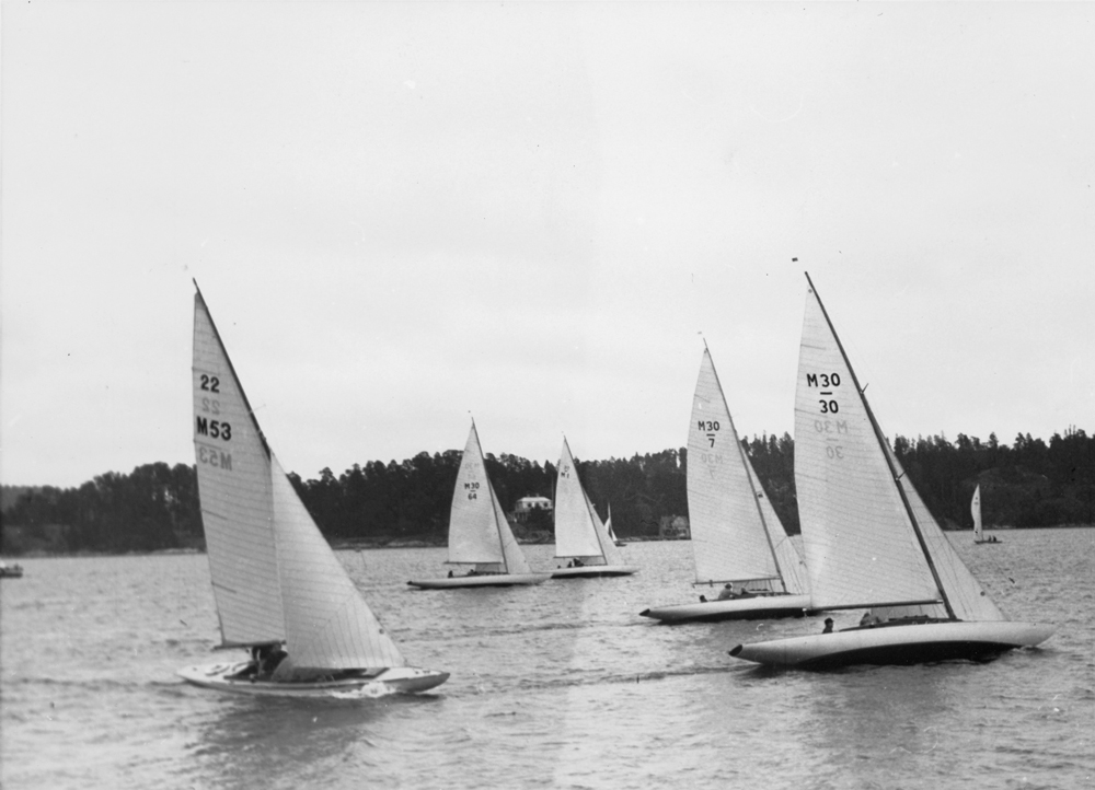 ....Mälar 22 BEATRICE (M53) sailing in a KSSS race autumn 1944 behind Mälar 30 boats. Photo: Digitaltmuseum.. Mälar 22 BEATRICE purjehtii KSSS:n kisassa isoveljiensä, Mälar 30 -veneiden, perässä syyskuussa 1944. Kuva: Digitaltmuseum....