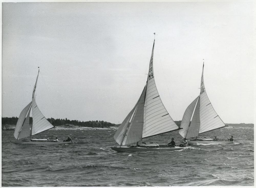 ....Stormy Weather (M4) racing against Kuling (M42) and Sivan (M8) in a regatta in 1945. Photo: Digitaltmuseum..Stormy Weather (M4) kisassa Kulingin (M42) ja Sivan (M8) kanssa kesäkuisessa regatassa Kanholmsfjärdenillävuonna 1945. Kuva: Digitaltmuseum....