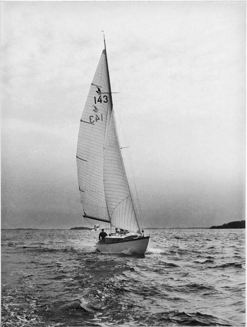 ....Tourist Cruiser TUULIKKI, 1937. Photo: V. A Wahlström..Vuonna 1937 rakennetun T-Kryssare TUULIKIN purjeissa oli Merikarhujen tunnus. Kuva: V. A. Wahlström....