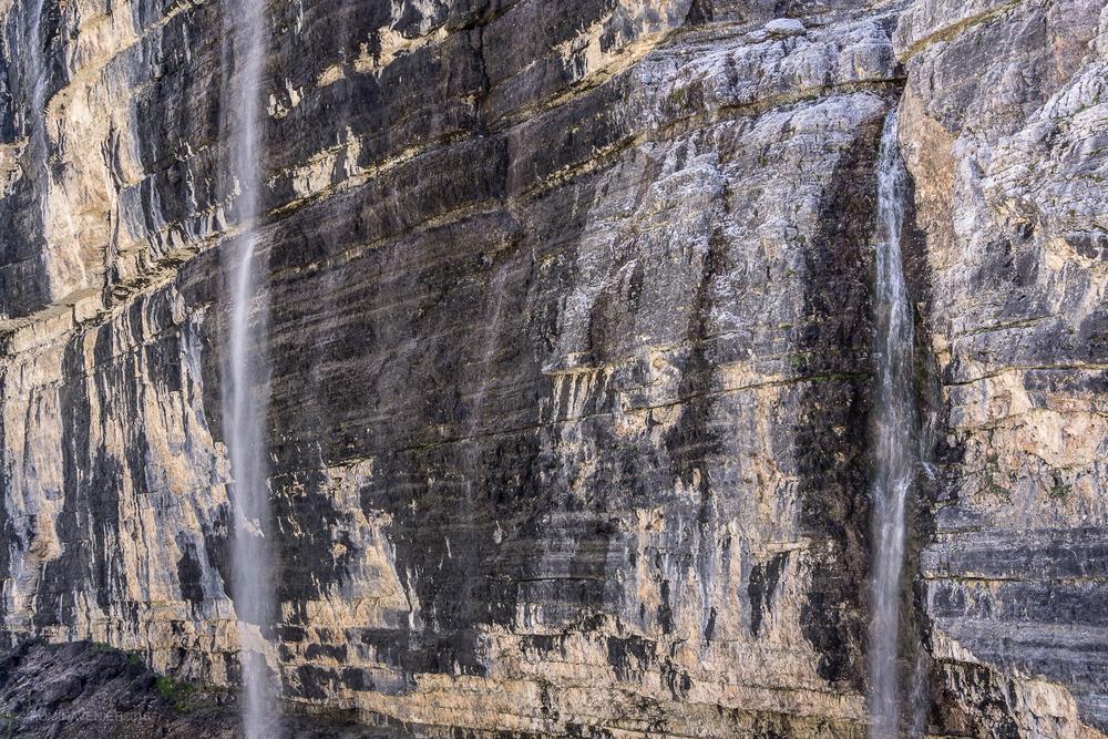 Le cascate scendono fragorose lungo le pareti