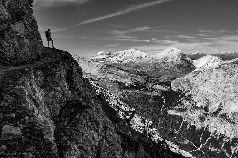 Lungo le cenge del Vallon Bianco Dolomiti _ sullo sfondo l'Alpe di Fanes, Sasso delle Dieci, Sasso delle Nove, Piz De Sant Antone, Spalti del Col Bechei_ Foto  @giuseppeghedina.com