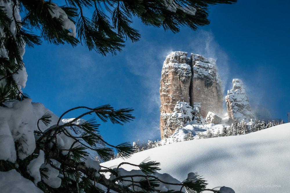 Vento, neve e cielo azzurro in Cinque Torri _ Photo @GIUSEPPEGHEDINA.COM