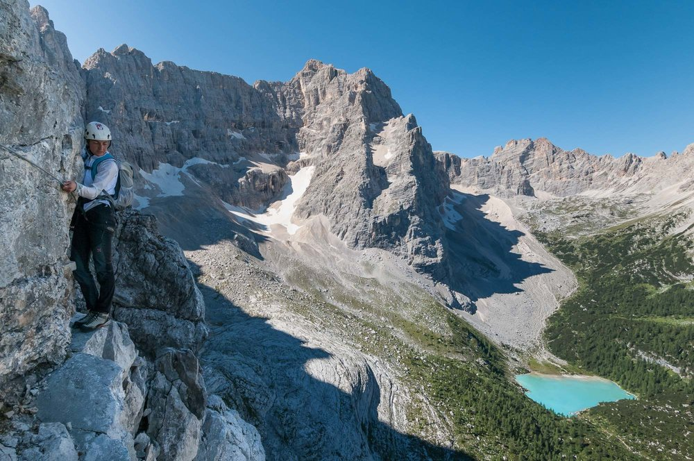 Lungo le cenge della parte finale della Ferrata Vandelli - In basso il Lago del Sorapis _ Photo  ©GIUSEPPEGHEDINA