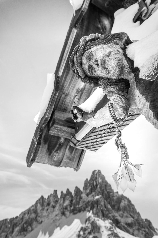 Lo splendido crocifisso di Forcella Toblin, sullo sfondo il Monte Paterno _ Photo ©ROMINAVENIER