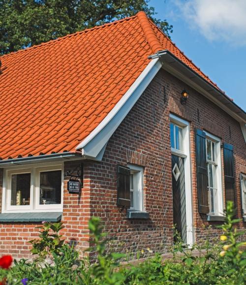 Buitenkant van de boerderij uit 1880 waarin Als Filmster Op De Foto - Retro Fotostudio is gevestigd.