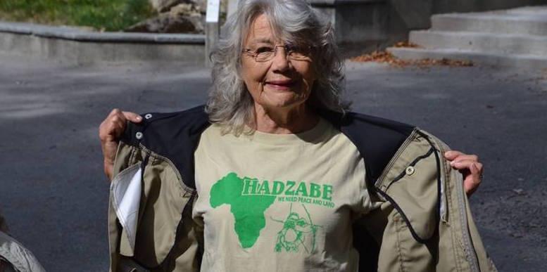 Führerin Annemarie Büchler zeigt ihr Verbundenheit mit dem Urvolk der Hadzabe