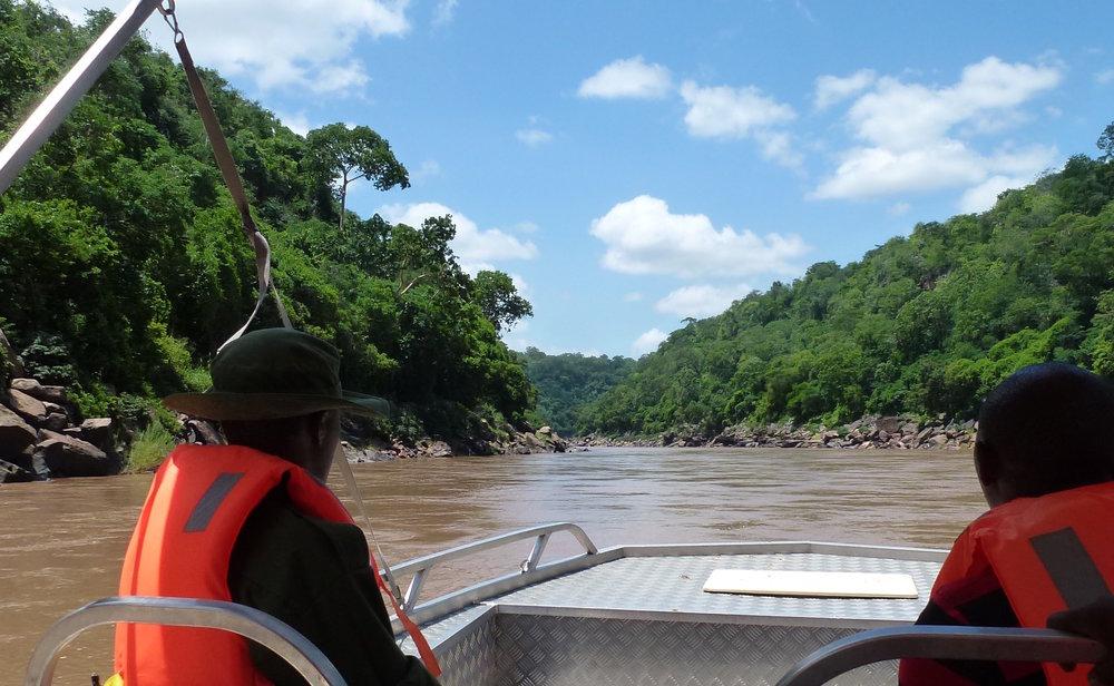 Die Stelle im Rufiji-Fluss: Hier soll der Staudamm hochgezogen werden |  © Foto by Rolf D. Baldus