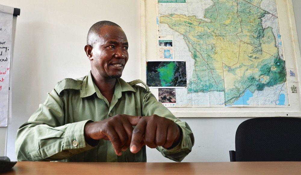 «Ich musste meine Familie ernähren»:  Ex-Wilderer Roland Mochomba beim Interview in der Serengeti