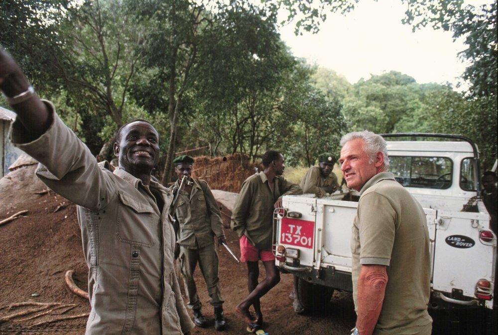 Ranger erklärt die Lage, D. Rechsteiner im Moru-Posten, Serengeti |  © Foto by Ruedi Suter