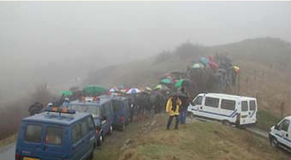 Konfrontation im Nebelmeer auf dem Pass l'Ecrinet: Artenschützende + Wilderer, beobachtet von der Polizei