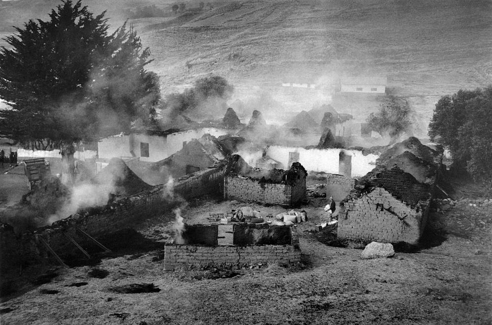 Dámaso Quispe / Atentado de Sendero Luminoso contra la Cooperativa Agaria de Trabajadores Quisumi / Oruillo, Puno. 1989. © TAFOS