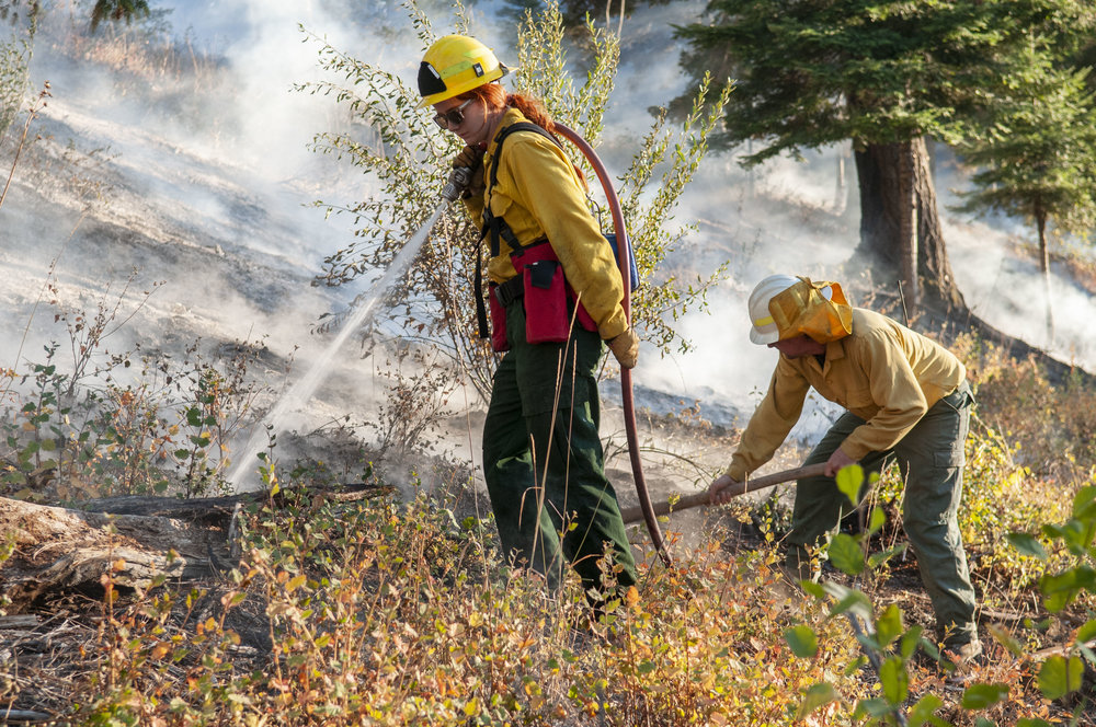 Mopup on Oct. 4 after the prescribed burn on Roslyn Ridge. © Nikolaj Lasbo / TNC