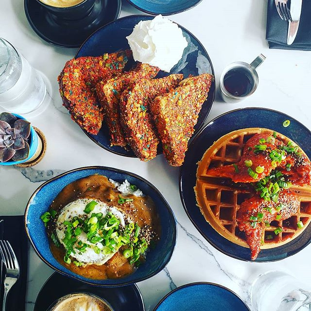 Ever dream of the perfect brunch? Well, ya ain't gotta dream no more. Gochujang Chicken and Waffles, Loco Moco and Friity Pebs French toast with a orange and rosemary whipped cream. Not to mention their amazing coffee, tea and other beverage selections! @watsonscounter is literal 🔥🔥🔥 #foodporn #foodie#foodlover #food#foodblogger #chicken #brunch #coffee #watsonscounter #frenchtoast #breakfast #ballardeats #seattleeats #seattlefoodie #locomoco #eater #eats #delicious #yum #pwneats #seattlefoodlover