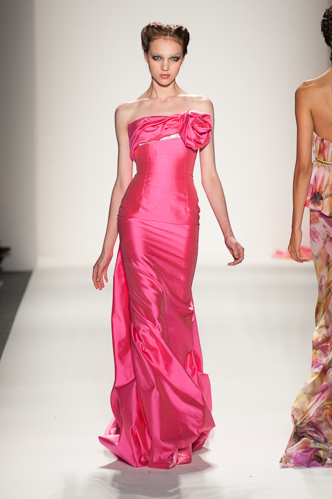 Strapless fuchsia evening gown with floral detail — Globa Moda