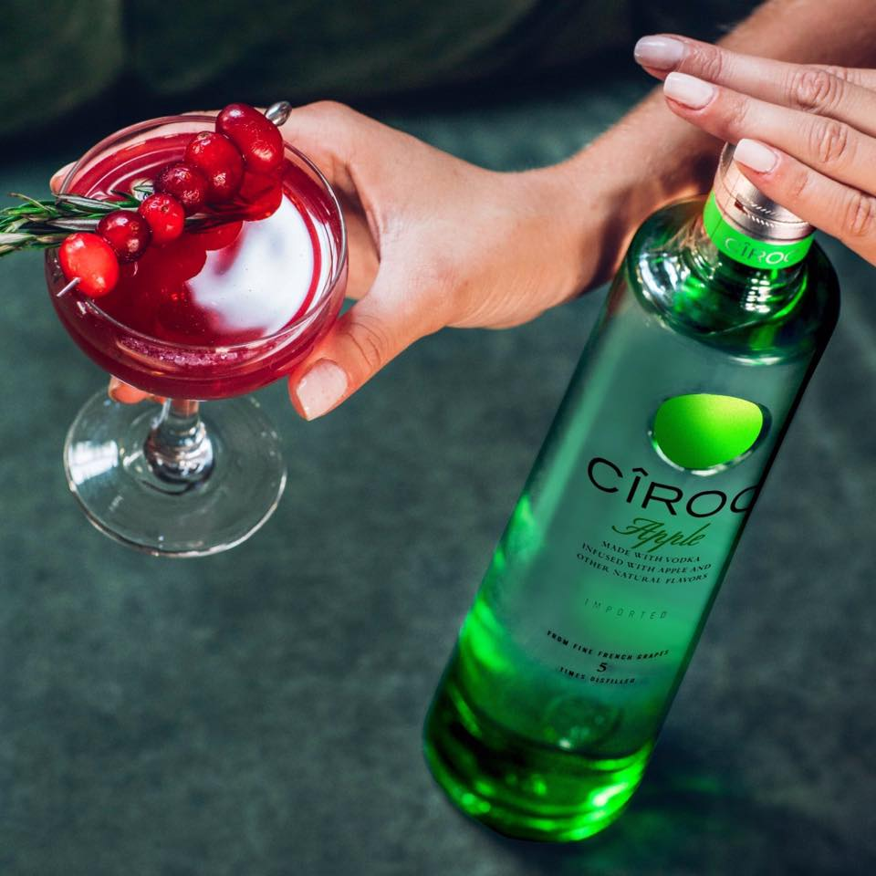 Make spirits bright this holiday with the CÎROC Apple Smash!     RECIPE: 1.5oz CÎROC Apple 🍸🍎 2oz Cranberry Juice🍒 .25oz Lime Juice