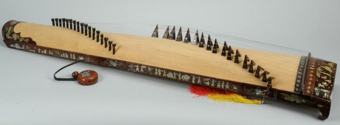 From  Case Antiques , for an instrument sold in 2012. They have it mislabeled as a Chinese Guzheng... despite the Vietnamese maker's label. Used under Fair Use exception of US Copyright law.