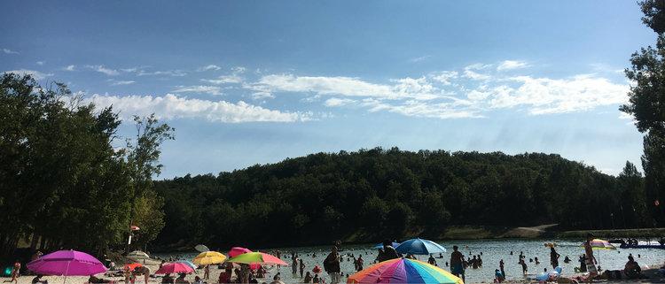 The lake and beach at Montaigu de Quercy