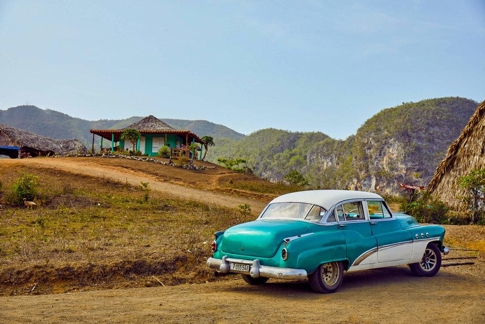 Viñales_Cuba_classic_cars.jpg
