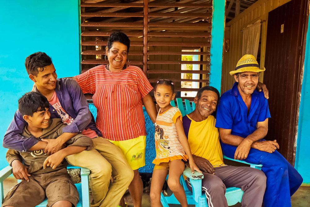 family-travel-cuba-familia-cubana.jpg