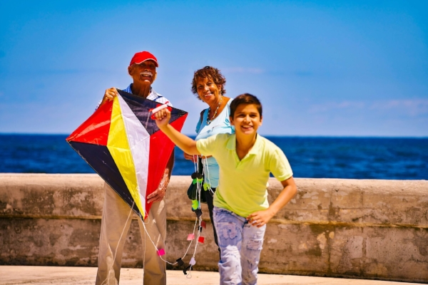 multigenerational_family_kite_flying_on_el_malecon