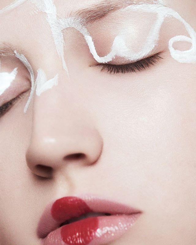 """""""People don't notice whether it's winter or summer when they're happy"""" _Anton Chekhov⠀ """"La gente no se da cuenta si es invierno o verano cuando está feliz"""" _Anton Chekhov⠀ - - -⠀ Shot with @makeuppronewyork⠀ #winter #fashion #nyfw #makeup #ramossolis"""