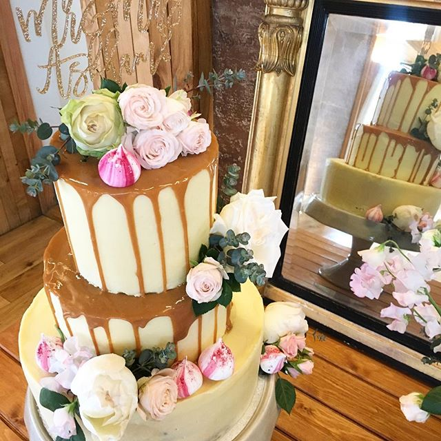 SUMMER! 🌸🌿🌸🌿🌸 Sticky toffee pudding Wedding Cake, praline frosting, salted caramel drip, meringue kisses and fresh flowers. Made by me for the most beautiful couple @jennyrosestod & Joe. 💕 #organicweddingcake