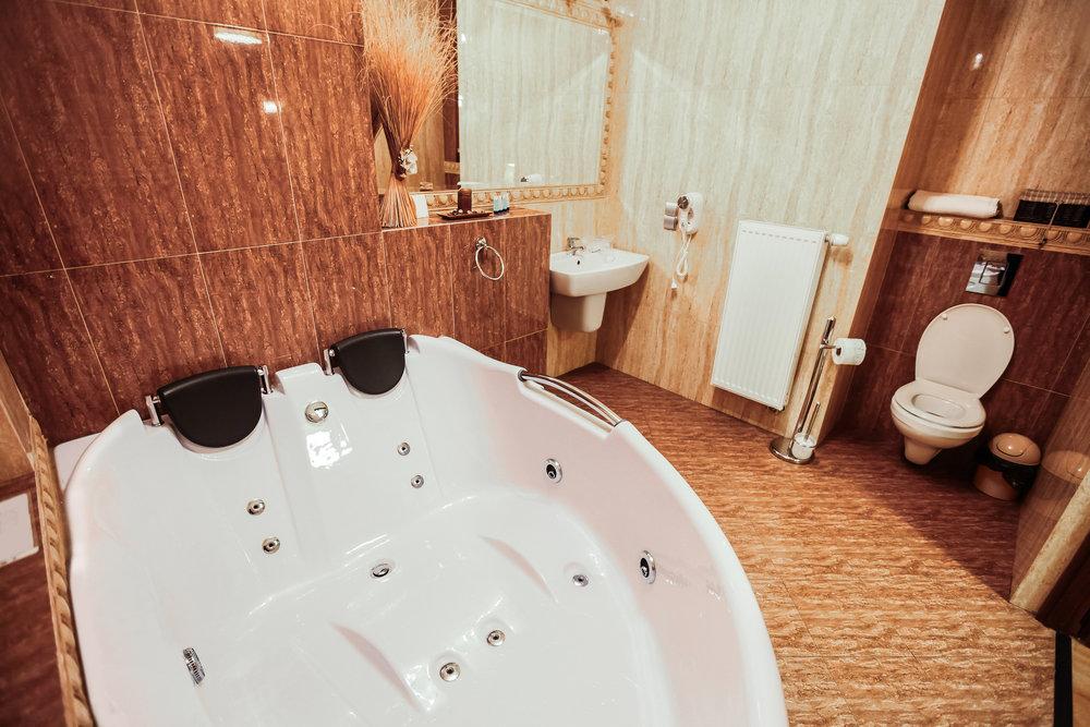 bigstock-Luxury-Bathroom-With-Gigantic--42169057.jpg