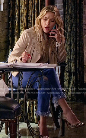 Hanna talking to Lucas.