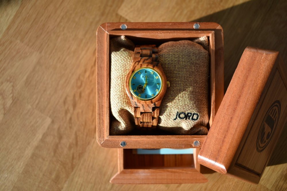 Can we please just talk about the packaging it comes in for a second? Like Come on! Not only does Jord Watches make stunning timepieces, but the natural wood box it comes in smells and looks like heaven too. They've thought of everything - Like a magnetic drawer built into the bottom of the box, and they even give you a humidity control packet to help you keep all your wood nice and moist ;)