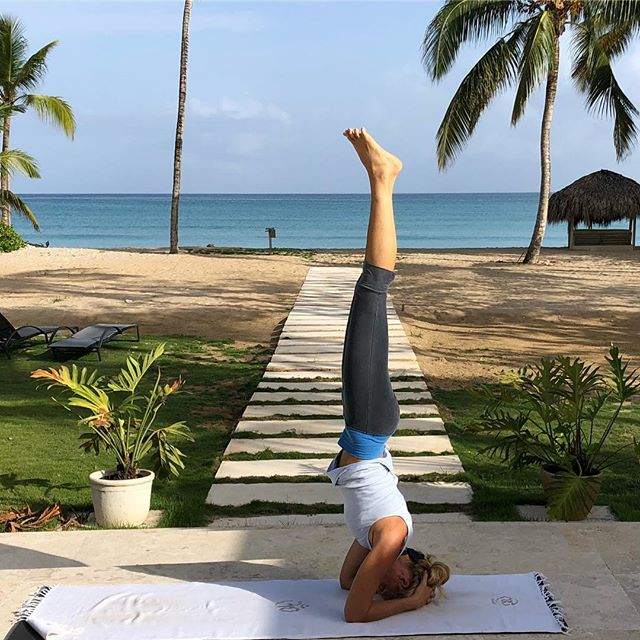 Sirsasana in paradise 🌴🧘‍♀️ #yoga #meditation #life #retreat #oceanlodge #lasterrenas #summer #gratitude #livelaughlove #dominicanrepublic #kiraholisticliving