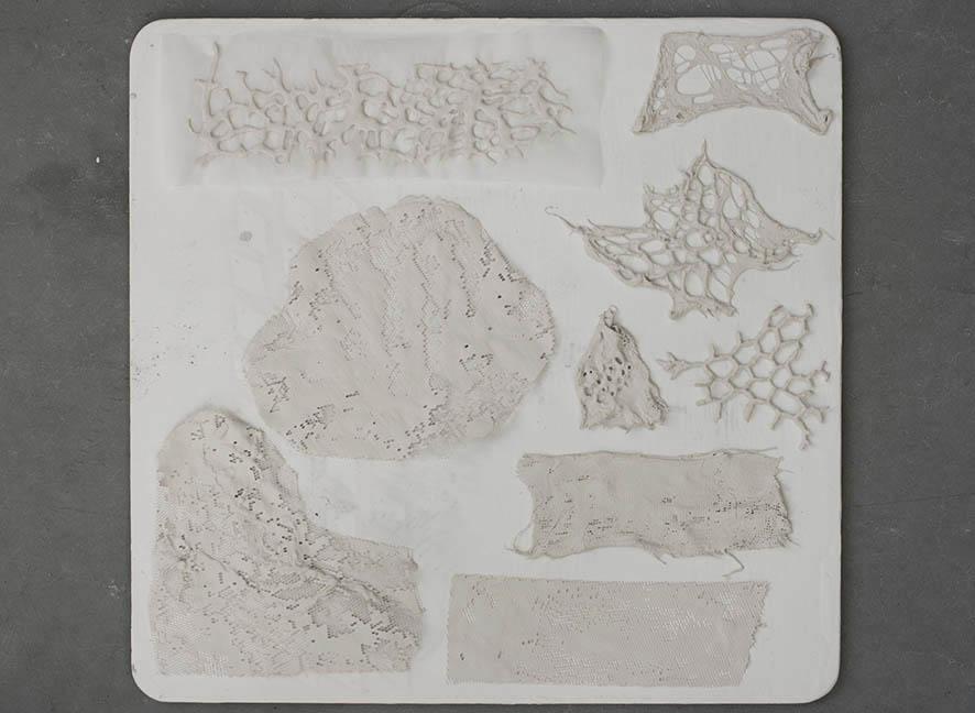 Ensayos con textiles sumergidos en porcelana líquida.
