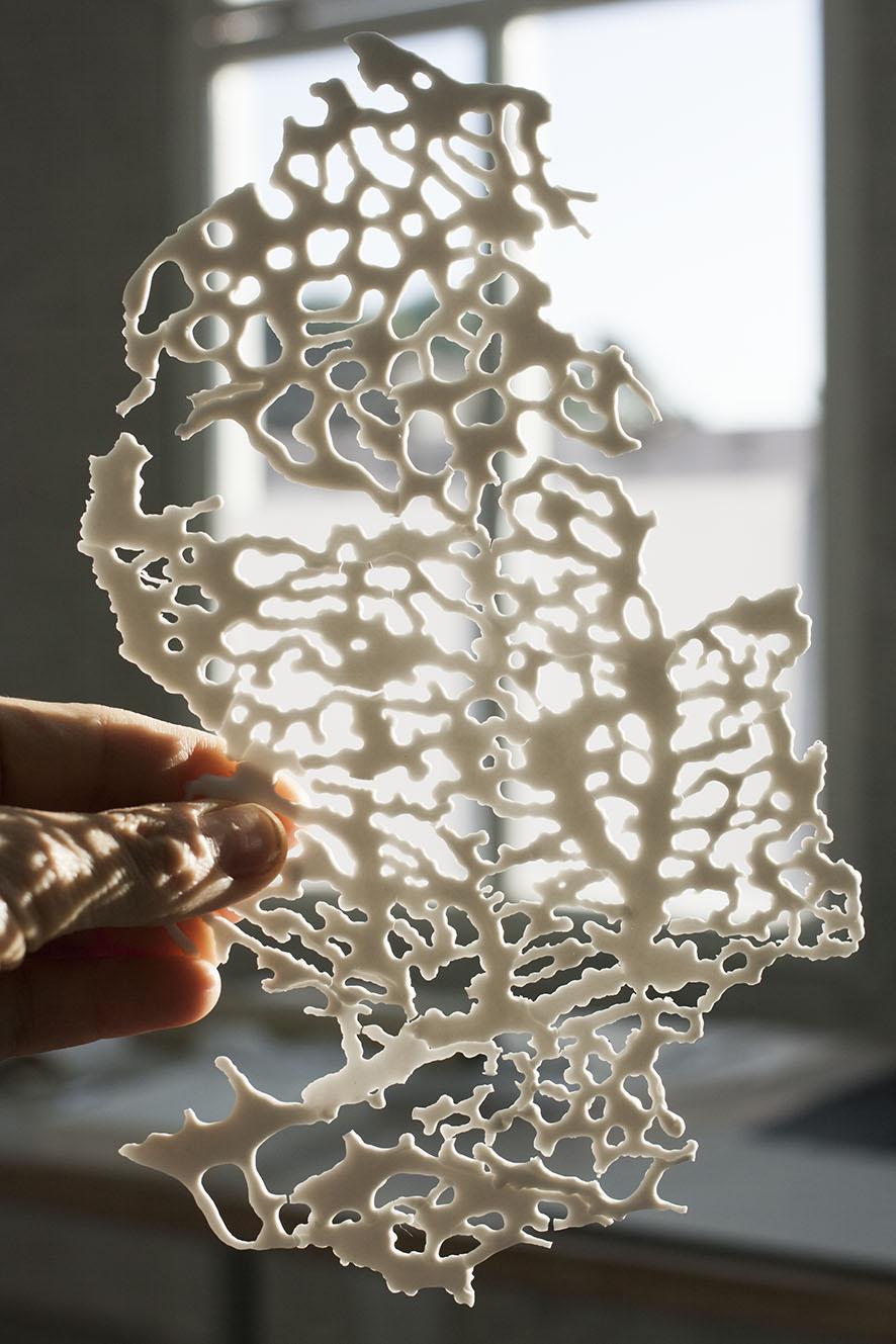Aunque delgada, la porcelana líquida después de quema a 1270 grados adquiere dureza.