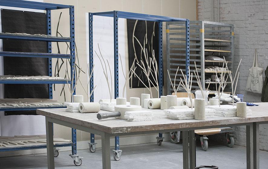 La pieza  Rhipsalis  avanza en esmaltado y el estudio va cambiando.