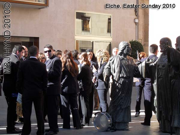 spain elche, Holy Week, Hallelujah Procession of the Brotherhood Easter Sunday, Basilica de Santa Maria, statues, have a break marching band players