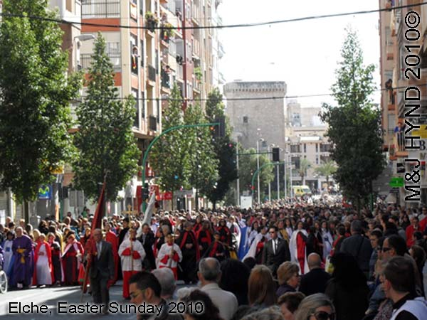 spain elche, Holy Week, Hallelujah Procession of the Brotherhood Easter Sunday, many-coloured long robes capes, Palacio de Altamira, flag-bearers thousands of participants