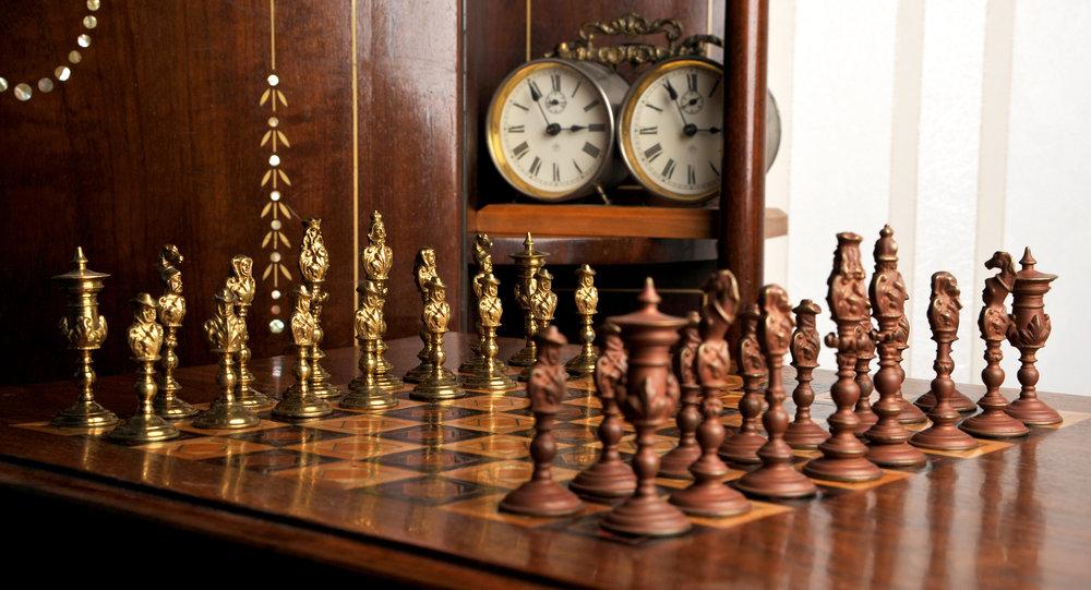 Schachspiel von Max Hartmann, Messingguss, Deutschland um 1920 mit Schachuhr von Junghans, Deutschland um 1900