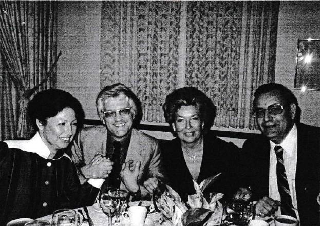 Rosemarie Lang (3.v.L) und Marianne Krieger (1. V.l.) mit Großmeisterprominenz: Lothar Schmid (2.v.l.) und Arnold Denker (4.v.l)