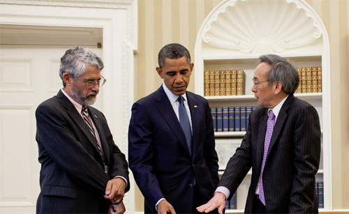 President Barack Obama i samtaler med Dr. John Holdren, leder av Office of Science and Technology Policy og energiminister Steven Chu in det ovale kontor. Foto: Pete Souza