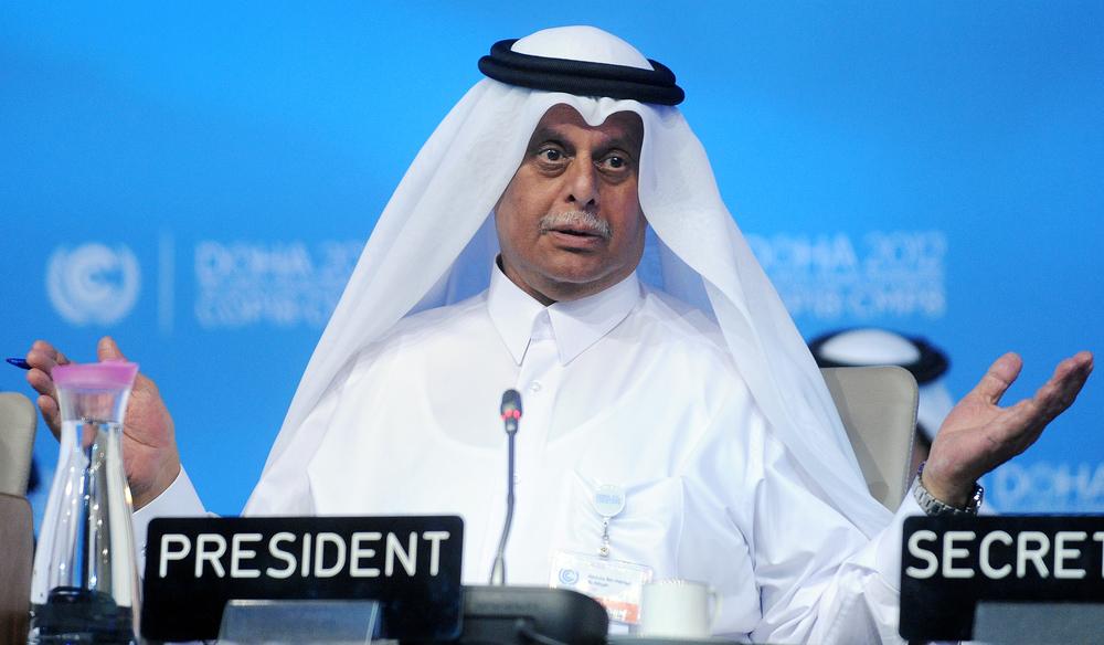 COP-presidenten Abdullah bin Hamad Al-Attiyah banket gjennom beslutningene. FOTO: Leila Mead/IISD