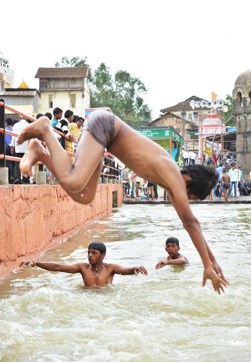 kid diving at kum mela.jpg