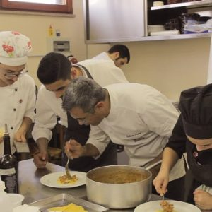 I giovani aspiranti chef impegnati in un evento a New York (Foto: askanews)