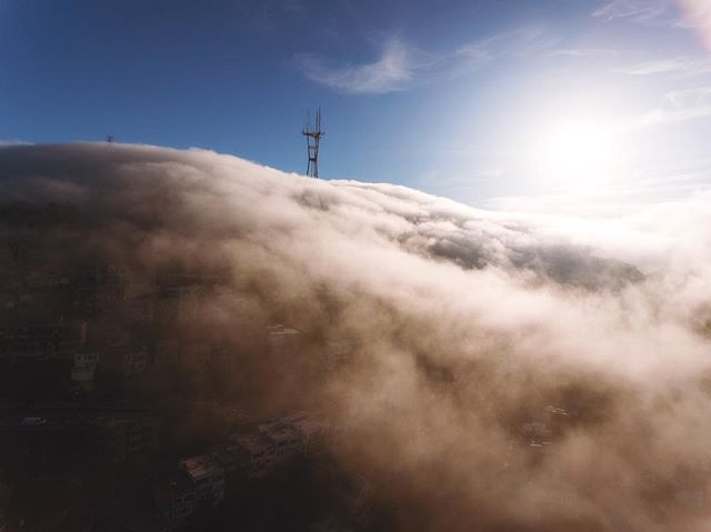 Some pretty cool low flying clouds around Sutro Tower this evening 🚁🎥