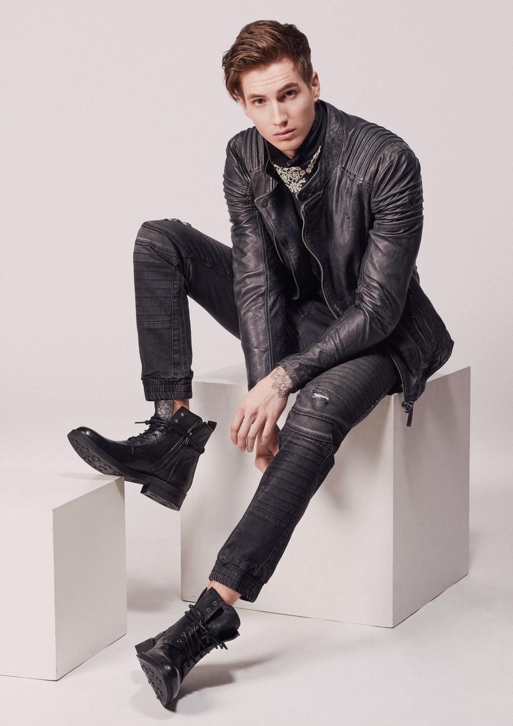 Jeans:Replay Jeanshemd:G-Star Raw Lederjacke:Gypsy Schuhe:Belmondo Brillen:Andy Wolf