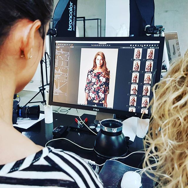 Gang i fabrikken 📸🤘 #packshoot #fotograf #photographer #lookbook #prespring #fashion #bts #behindthescenes
