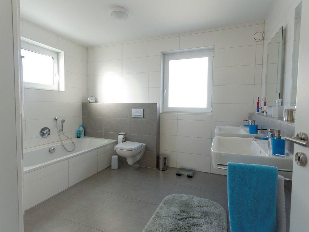 Tageslichtbad mit Badewanne und Dusche - OG