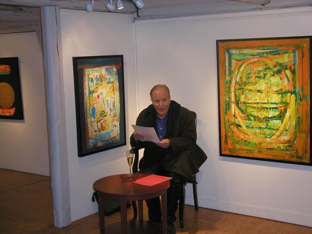 Stein Mehren leser dikt under åpningen av sin utstilling i 2001.