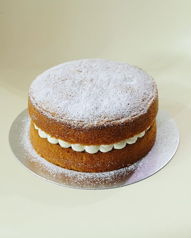 My soft and fluffy classic Victoria sponge - filled with raspberry jam and Swiss meringue buttercream 🍰 . . . #victoriasponge #cake #shoplocal #shopsmall #supportsmallbusiness