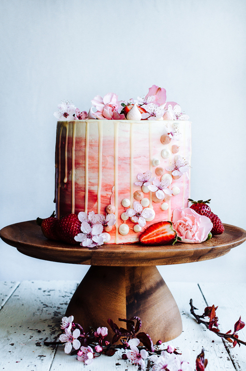 These Beautiful Drip Cakes Are Wedding Dessert's Newest Trend | B&E Lucky in Love Blog