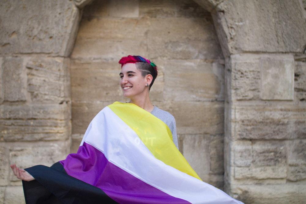 Noe Lara, activiste no binarie con la bandera NB. Zaragoza, Junio 2018. Foto:  María Torres-Solanot